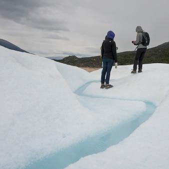 Touristes dans la neige, glacier perito moreno, parc national los glaciares, province de santa cruz, patagonie