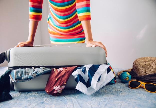 Les touristes emballent leurs bagages pour le voyage.