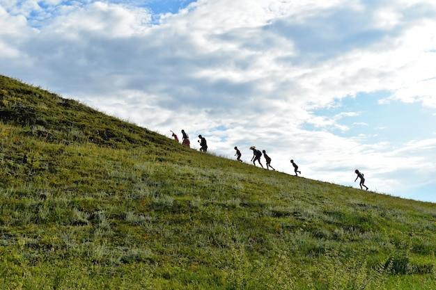Touristes escaladant une montagne