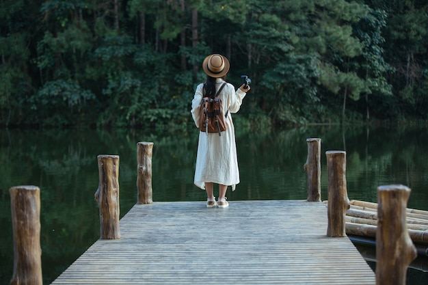 Touristes femmes qui prennent des photos de l'atmosphère