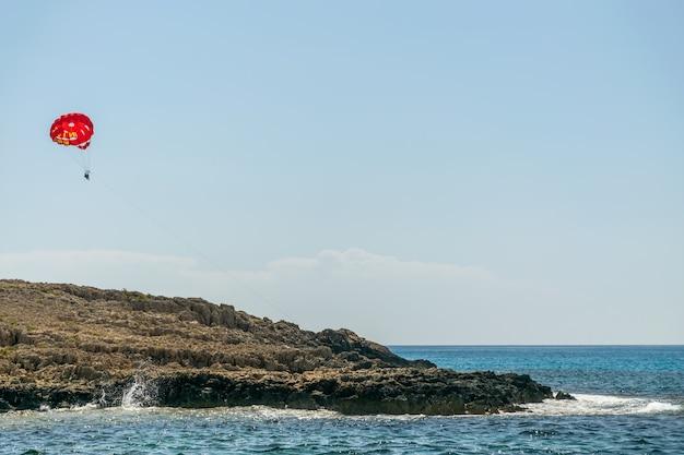 Les touristes font du parachute ascensionnel le long de la côte méditerranéenne