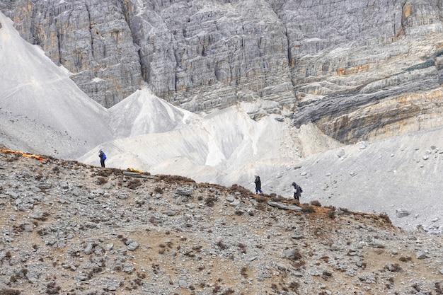 Les touristes font de la randonnée dans la réserve naturelle de yading