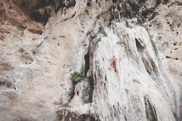 Les touristes grimpent les falaises à railay bay, krabi.