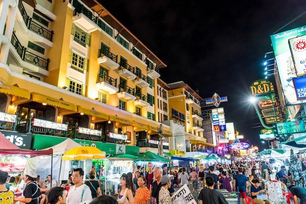 Les touristes et les habitants marchent le long de la destination populaire des routards khaosarn