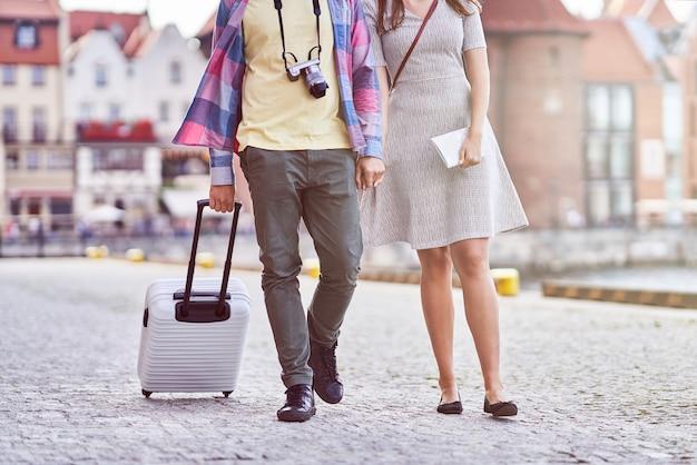 Touristes heureux adultes visiter gdansk pologne en été