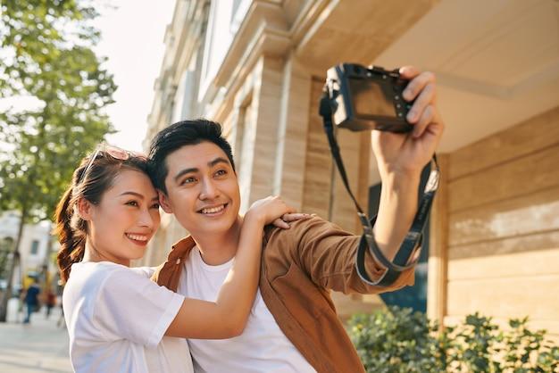 Touristes heureux prenant une photo d'eux-mêmes