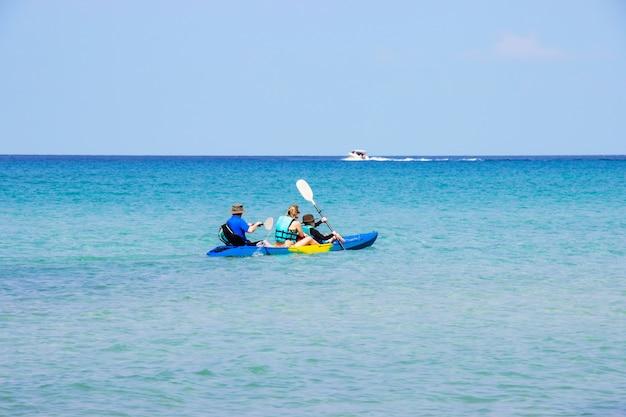 Les touristes en kayak mer belle région ao bang bao à koh kood île trat, thaïlande.