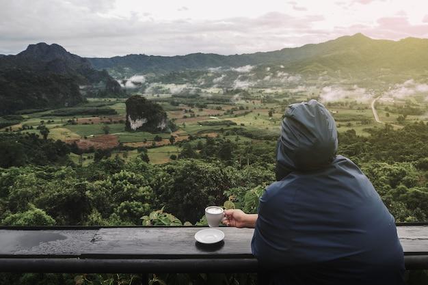 Les touristes de manière détendue. avec vue sur la montagne le matin en arrière-plan