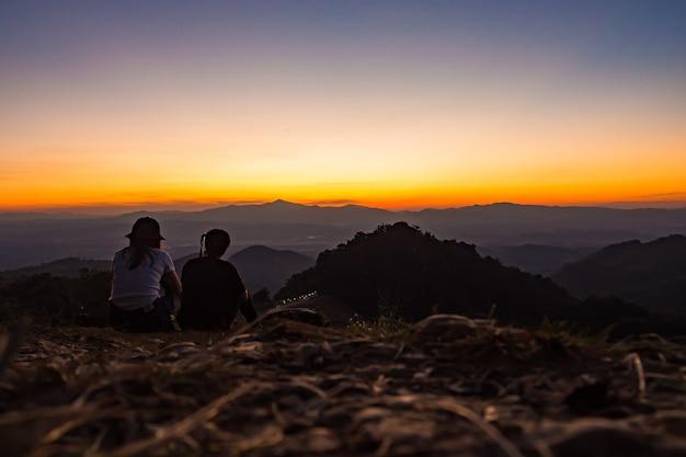 Les touristes de manière détendue. avec vue sur la montagne