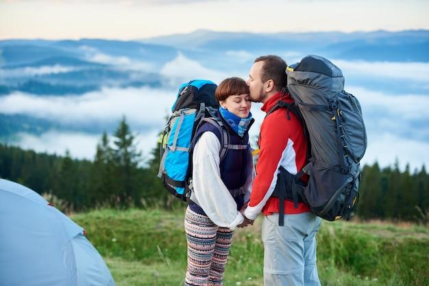 Touristes le matin dans les montagnes