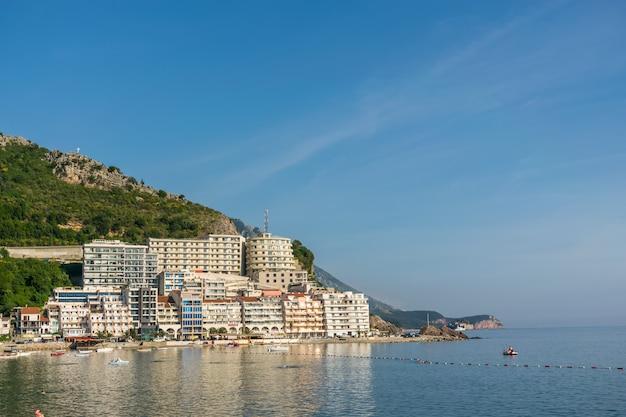 Les touristes nagent dans la mer adriatique pendant le coucher du soleil.
