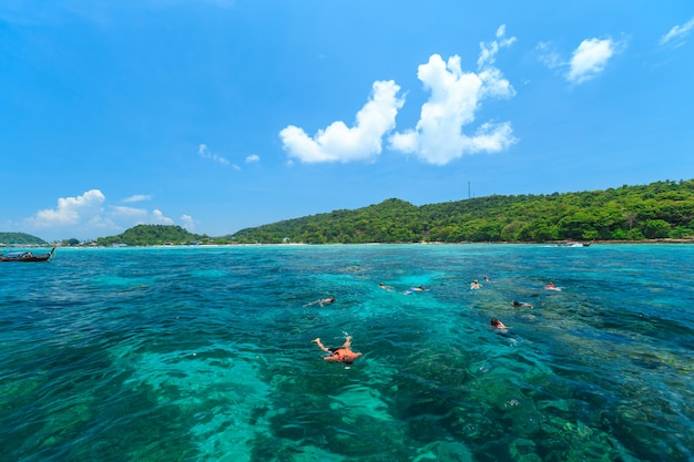 Les touristes nagent et plongent en apnée dans la mer d'andaman aux îles phi phi l'une des plus belles îles