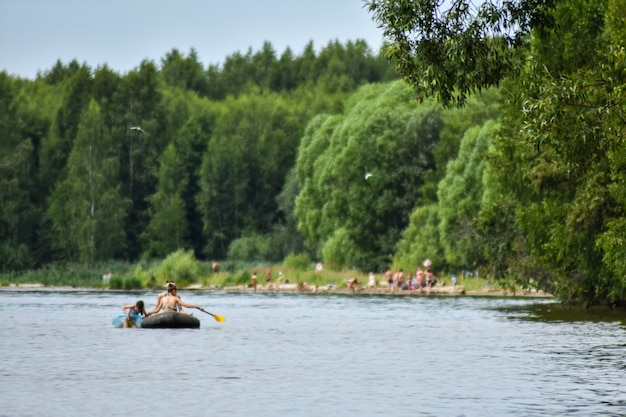 Les touristes naviguent en bateau sur la volga