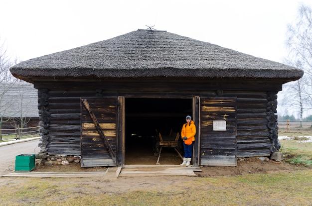 Touristes ont visité le musée de l'architecture et de la vie rurale