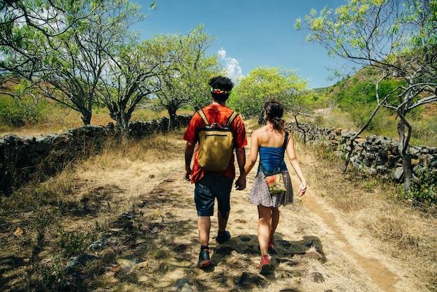 Les touristes partent sur el camino real entre barichara et guane en colombie