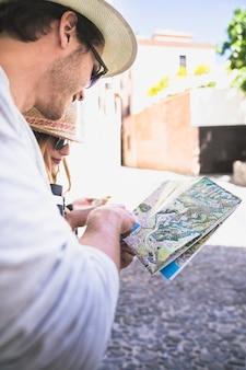 Touristes perdus avec une carte