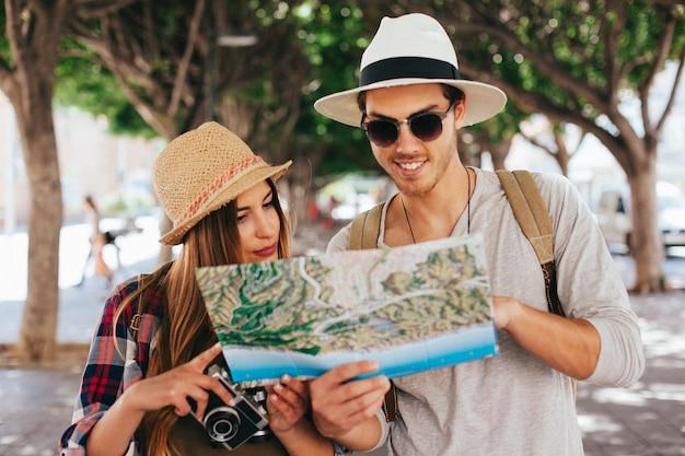 Touristes perdus regardant la carte