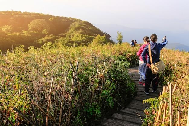 Touristes pointant à la vue de voyage naturel de vacances