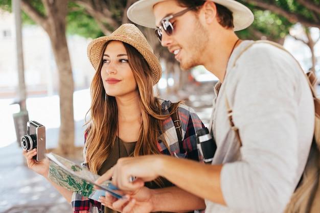Les touristes posent avec la caméra et la carte