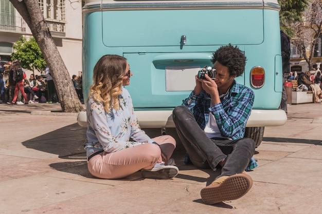 Les touristes prenant photo devant bus d'époque