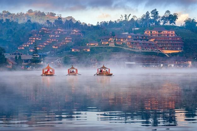 Les touristes prennent un bateau au village thaïlandais de ban rak dans la province de mae hong son, thaïlande