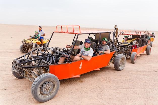 Les touristes prêts à courir dans le désert