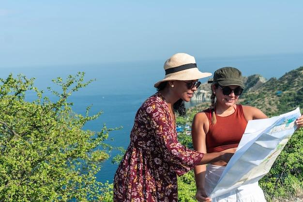 Touristes regardant la carte pendant le voyage, concept de mode de vie aventure