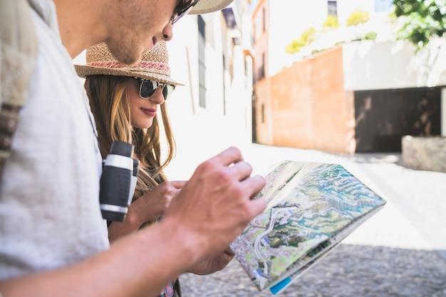 Les touristes regardent la carte