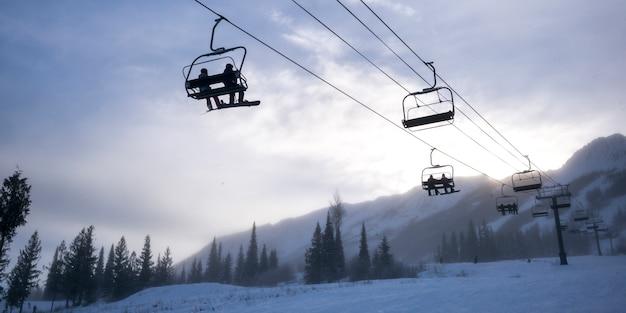 Touristes, sur, remontées mécaniques, dans, vallée, kicking horse, mountain, resort, doré, colombie britannique, canada