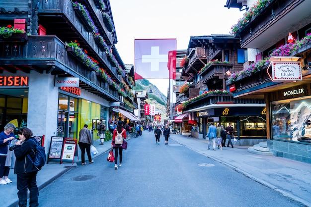 Touristes sur la rue de la vieille ville de zermatt au centre