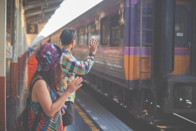 Les touristes se rendent à la gare.