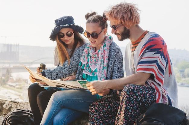 Touristes vérifiant la carte