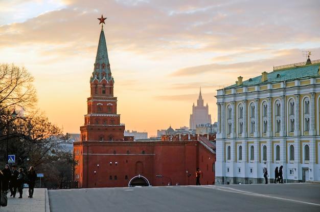 Les touristes visitant le kremlin.à l'intérieur de cette place sobornaya où se trouve la cathédrale de l'assomption.