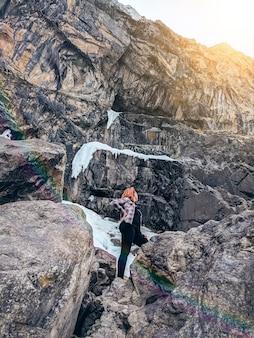 Touristique féminine, admirant les montagnes, marchant dans les montagnes.