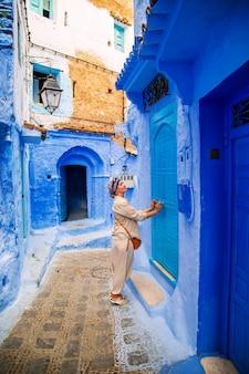 Touristique de fille dans la célèbre ville bleue.
