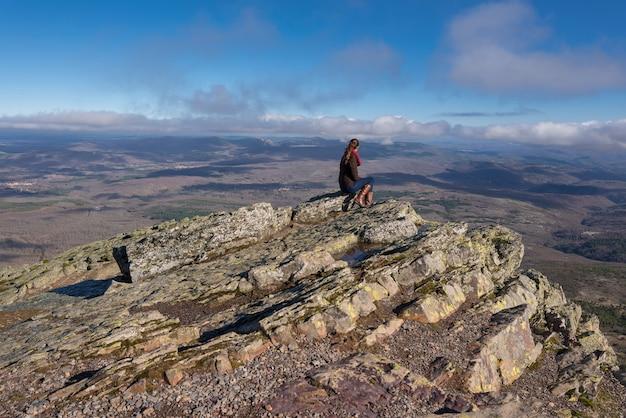 Touristique de la jeune femme à la recherche d'un paysage de montagne à pena la francia, à salamanque, en espagne.