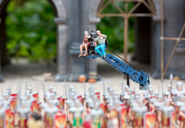Tournage de film sur l'armée des romains, scène miniature de guerre en plein air. mini figurines avec une grande quantité d'objets