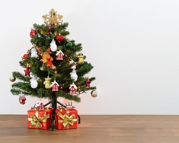 Tourné d'un arbre de noël décoratif avec des cadeaux en dessous