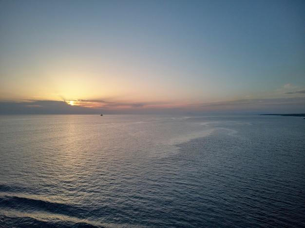 Tourné au milieu de la mer immense et sans limites