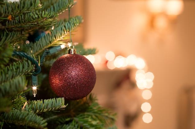Tourné en basse lumière avec haute boule de noël iso suspendue à l'arbre de noël