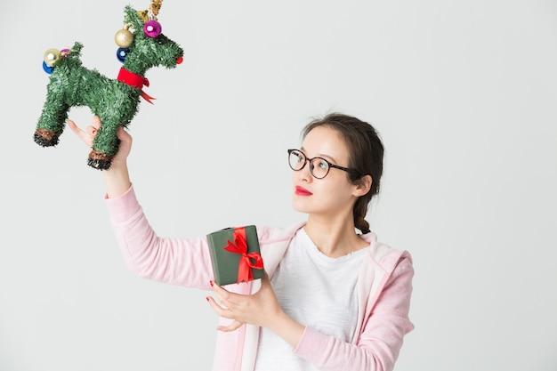 Tourné dans le studio de la jeune femme asiatique avec un cadeau de noël