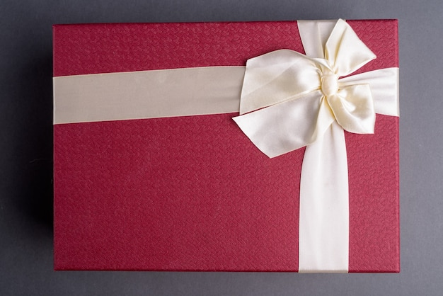 Tourné directement au-dessus de la boîte-cadeau sur gris
