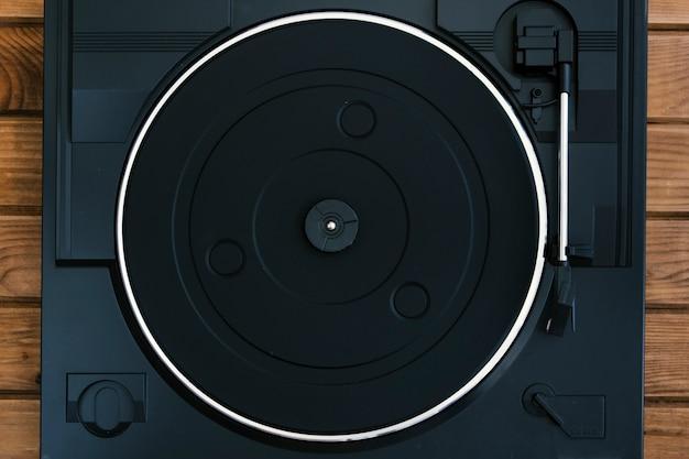 Tourne-disque vintage sur table en bois