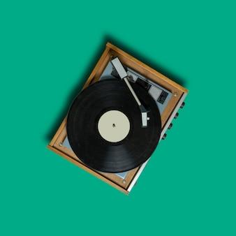 Tourne disque vinyle vintage sur vert