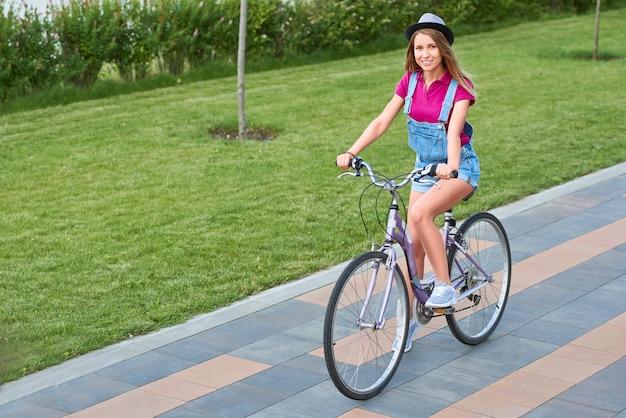 Tourné sur toute la longueur d'une belle jeune femme heureuse souriant joyeusement en faisant du vélo dans le parc local copyspace détente récréative vivant la positivité bonheur féminité concept de jeunesse.