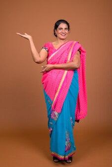 Tourné sur toute la longueur d'une femme indienne montrant l'espace de copie
