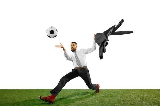 Tourné sur toute la longueur d'un jeune homme d'affaires jouant au football isolé sur blanc.