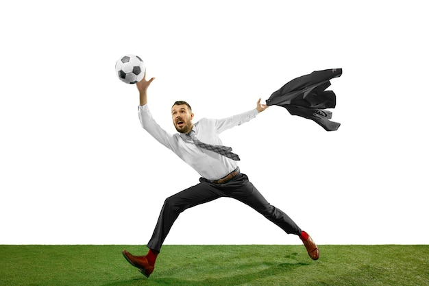 Tourné sur toute la longueur d'un jeune homme d'affaires jouant au football isolé sur fond blanc.