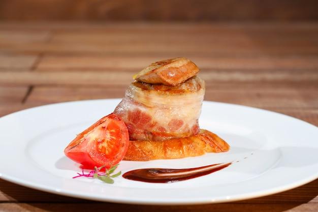 Tournedos rossini. steak au foie gras. steak français au foie gras et croûtons.