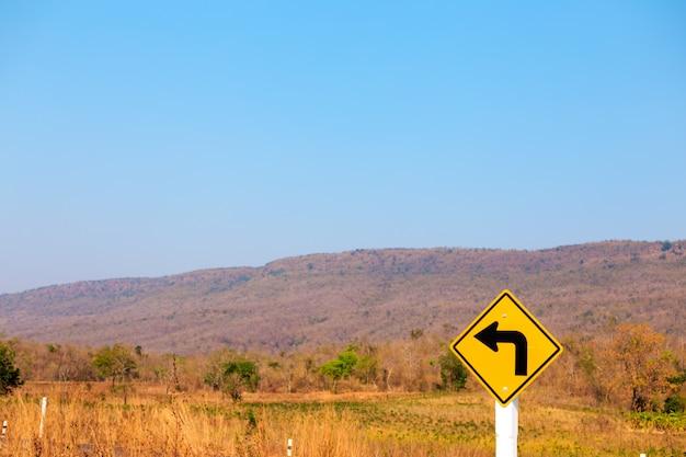 Tourner à gauche, panneau de signalisation sur la route